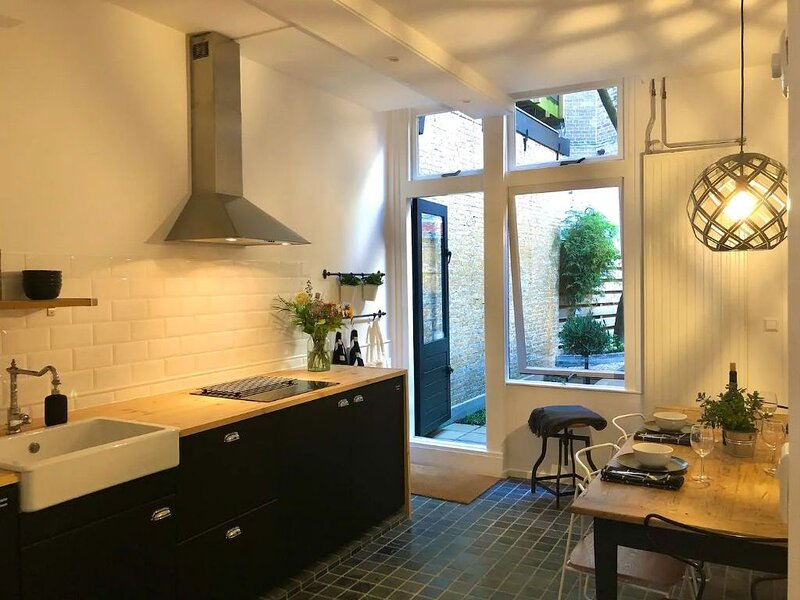 Entire house in Gouda Centrum with private garden and 3 bathrooms, location de vacances à Streefkerk