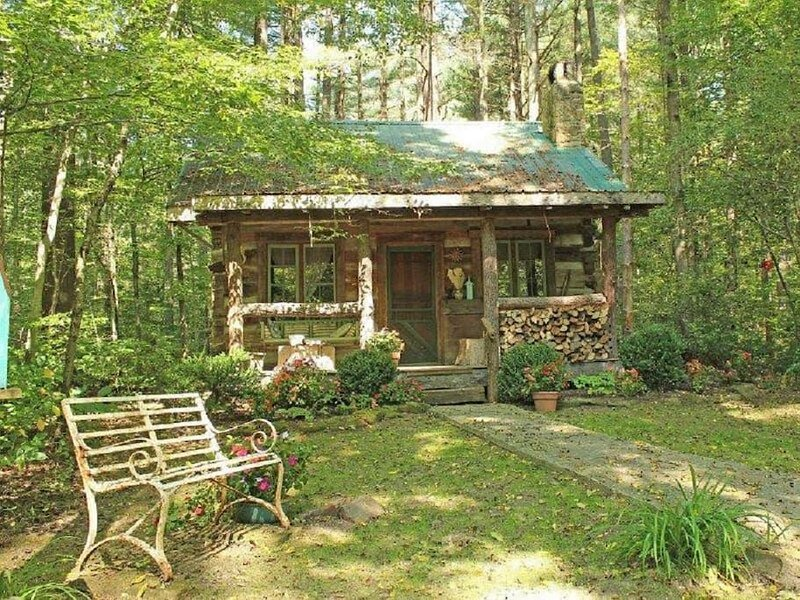 A 150 year old real log cabin with a claw foot tub!, holiday rental in Morgantown