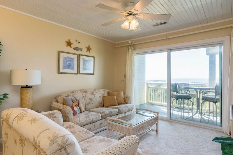 An Undisclosed Location: 2 Bed/2 Bath Oceanfront Condo with Community Pool, location de vacances à Caswell Beach