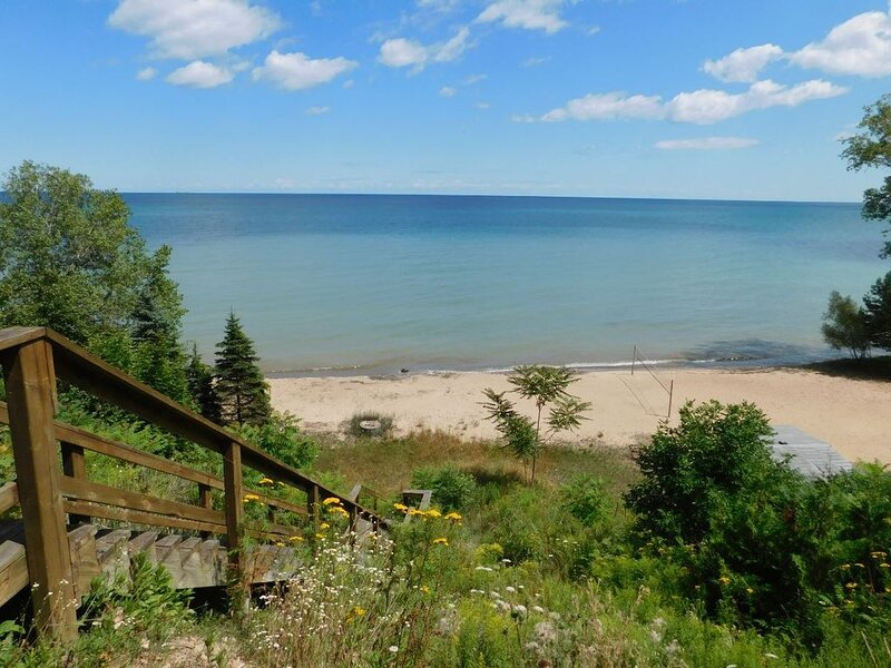 LARGE Clean Updated Lake front Cottage with THE MOST INCREDIBLE VIEW & BEACH !!!, location de vacances à Forester Township