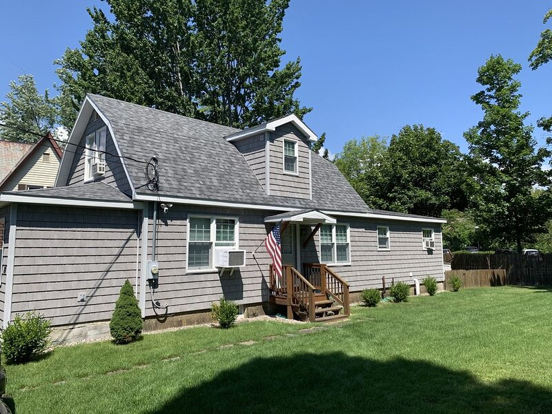 Renovated Family Home, Center Of Town, 4 Bedroom, Cable/Wifi, Yard, Fire Pit, location de vacances à Bolton Landing