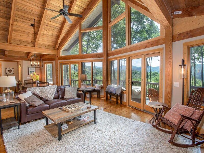 4BR Mountain Lodge near New River w/ Mountain Views, Hot Tub, Game Room, Fire Pi, alquiler vacacional en Todd