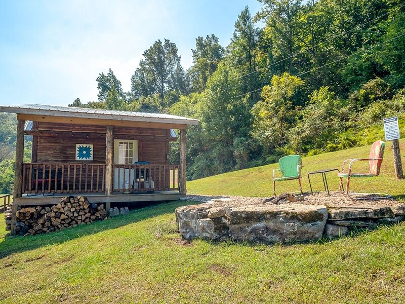 Cabin-ette at the Creek ~ a Tiny Ozark Getaway, casa vacanza a Mountain View
