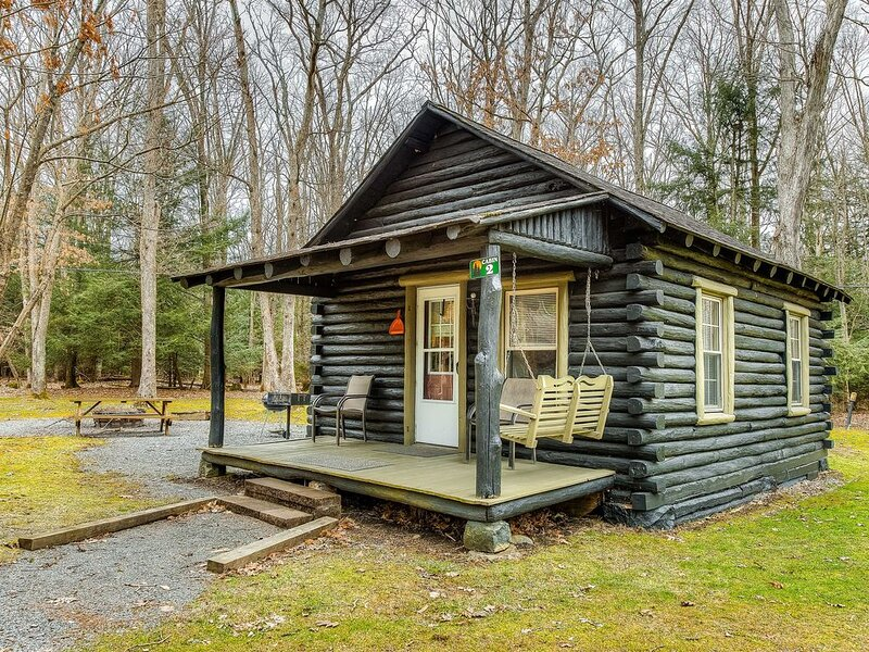 New listing! Adorable cabin in the woods w/ full kitchen, firepit, & porch!, casa vacanza a Oakland