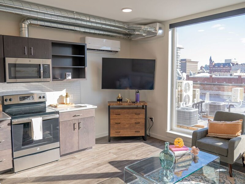 Trendy Downtown Loft 1 Bedroom with Stunning Views, holiday rental in Cheney