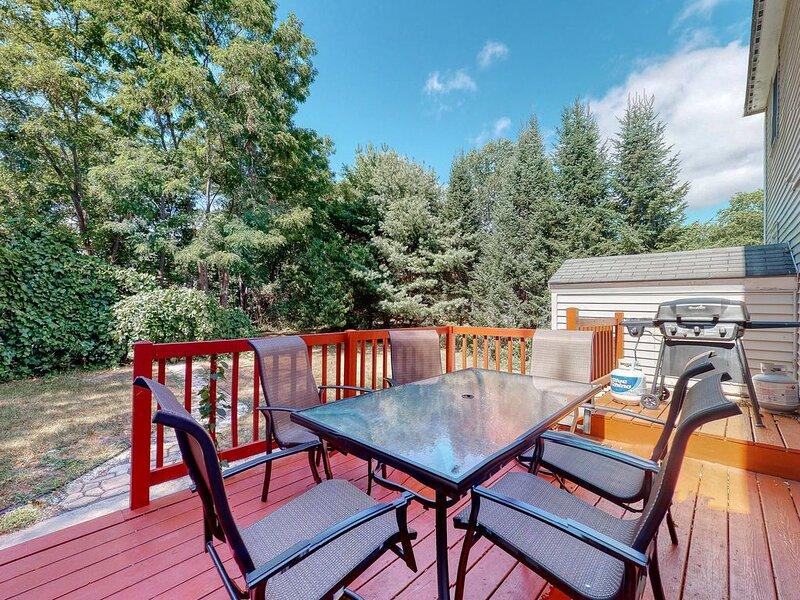 Spacious duplex w/ furnished deck & patio! Great for families & close to beach!, alquiler de vacaciones en Gorham