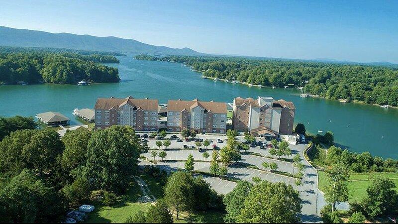 Enjoy coffee while taking in beautiful lake/mountain views from 4 Season Balcony, holiday rental in Huddleston