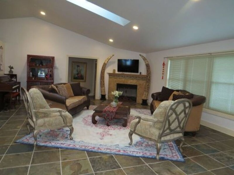 ** New Listing ** Luxurious Open Concept Home In A Quiet Neighborhood In Town, holiday rental in Michiana Shores