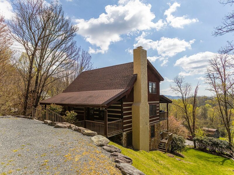 A Great Catch - Rustic Seven Devils cabin 7 mi. from Boone with pool table, holiday rental in Seven Devils