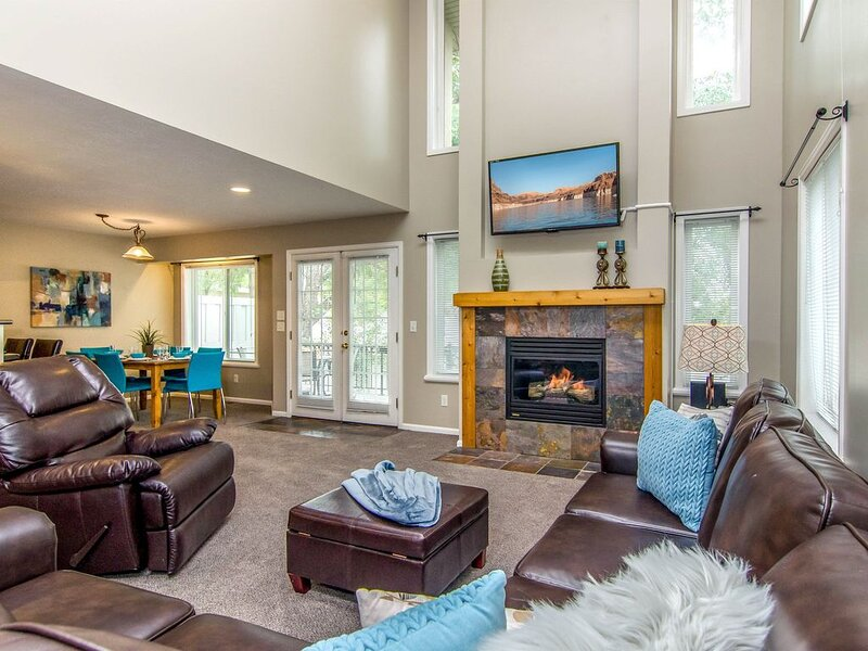 10% off April-May! Gorgeous Home with Park * Hot Tub * Foosball * BBQ, vacation rental in Taylorsville