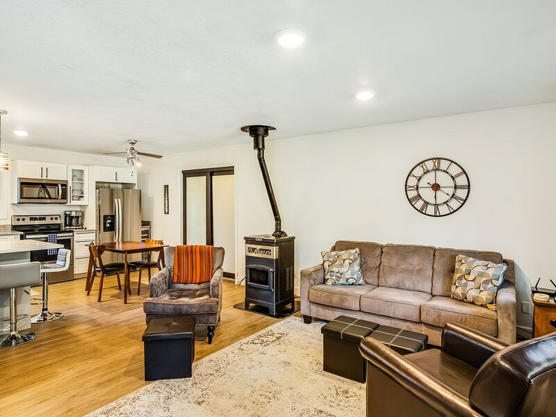 Bring the toys! Update/renovated downtown home w/ lots of parking!, location de vacances à Lake Fork