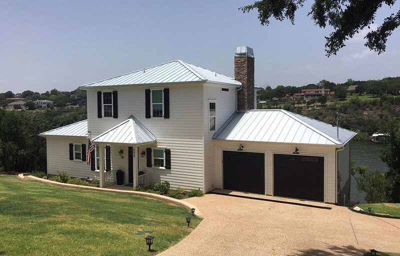 New Luxury Waterfront House with Pool, Boat Dock, and Scenic Hill Country Views, location de vacances à Marble Falls