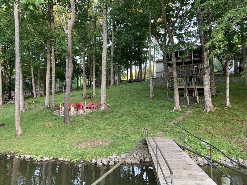 Beautiful Waterfront w/ Dock, location de vacances à Bumpus Mills