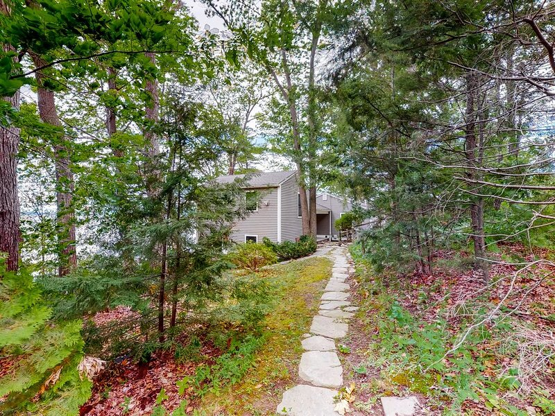 Family-friendly lakefront home with private beach and firepit - dogs welcome!, casa vacanza a Keeseville