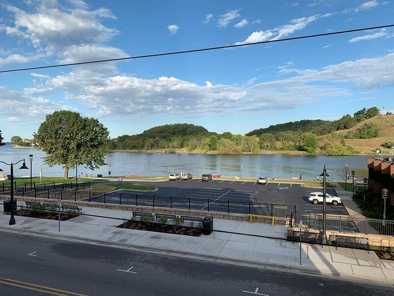 Prime View of Fountain and Channel ~ Outstanding Location!, alquiler vacacional en Grand Haven