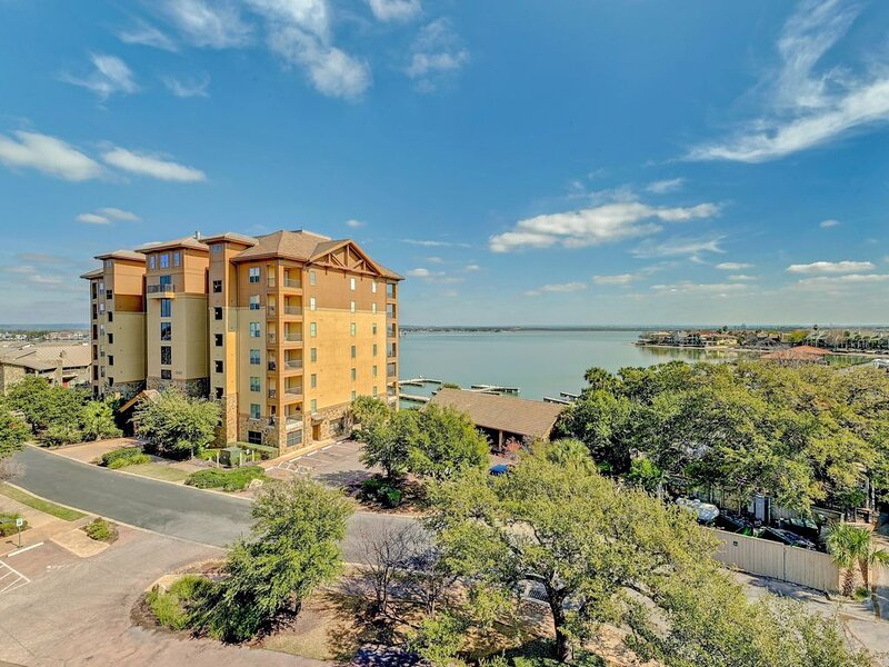 Stylish Corner Condo with Large Outdoor Patio and Incredible Views of Lake LBJ, alquiler de vacaciones en Horseshoe Bay