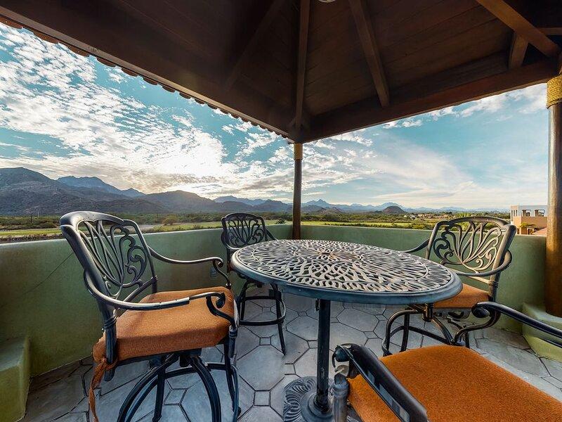Lakefront apartment with a terrace, lake/golf views, 3 shared pools, WiFi & AC!, aluguéis de temporada em Loreto