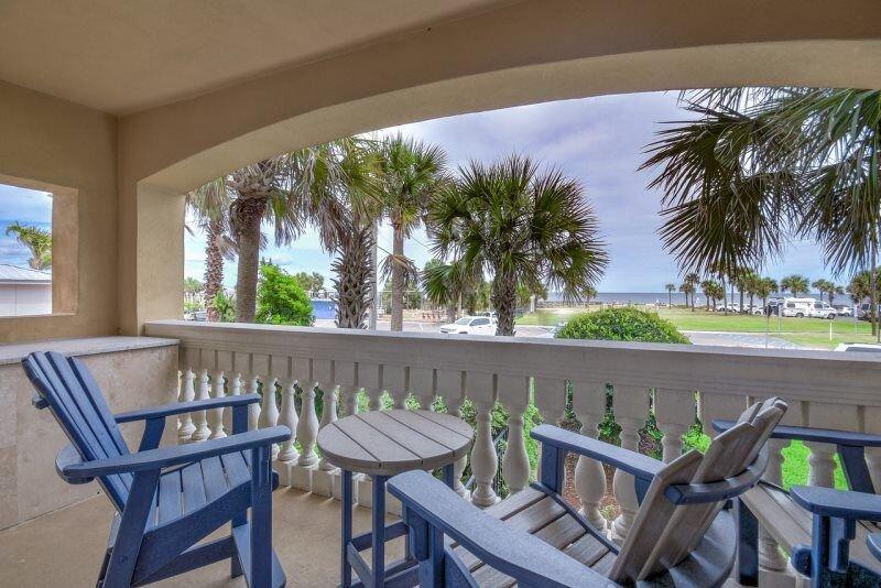 This three bedroom, three bathroom spacious ocean view condo is centrally locate, aluguéis de temporada em Ilha Amélia