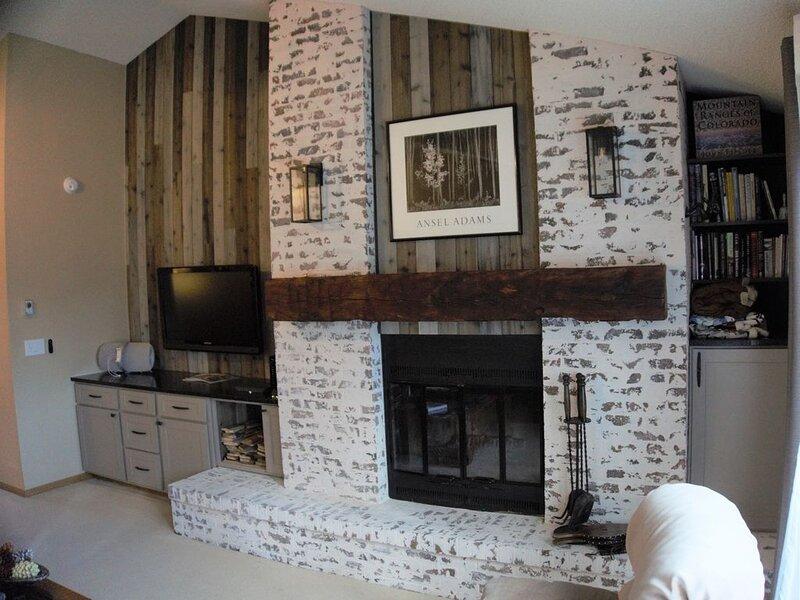 Newly Updated, Spacious 2 Bedroom + Bonus Room Condo with new modern kitchen, aluguéis de temporada em Fraser