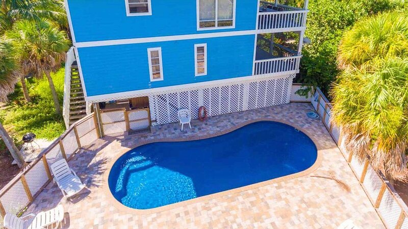 Private Pool Home , Steps from the Beach and SPECTACULAR Sunsets from the Porch, location de vacances à Île de Captiva
