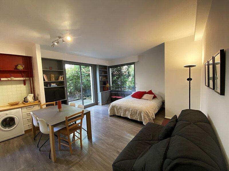 Beautiful Big Studio with Garden, Minutes from Ch, location de vacances à Neuilly-sur-Seine
