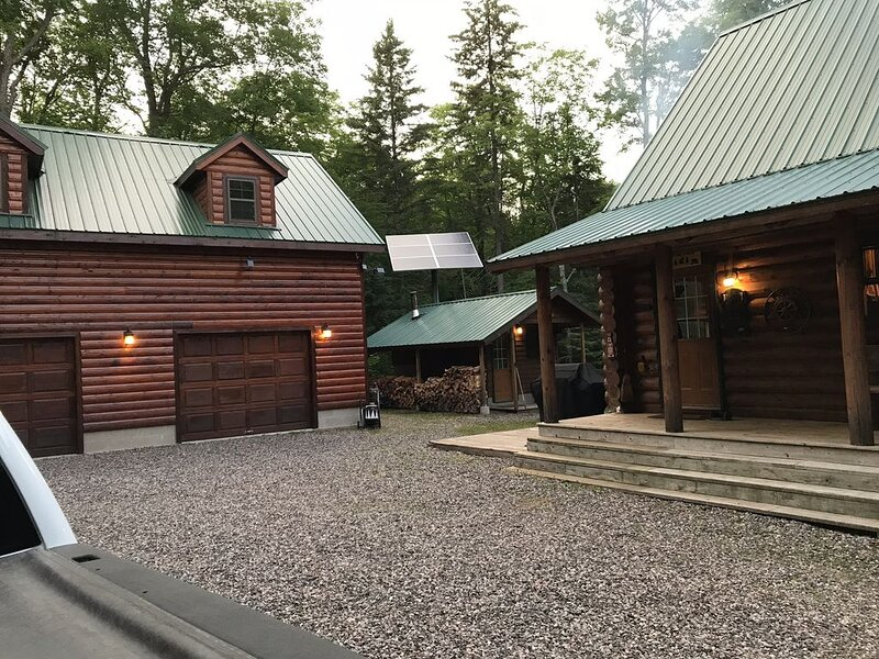 Remote log lodge in the Huron Mountain foothills, alquiler vacacional en Champion
