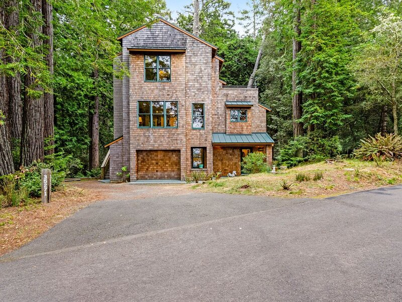 Custom-built woodland home w/ jetted tub, deck & shared pools/saunas!, casa vacanza a The Sea Ranch