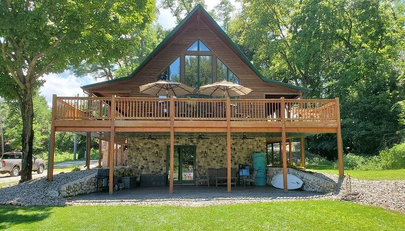 Rustic Luxury Estate On Lake Freeman, holiday rental in West Lafayette
