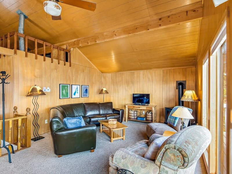 Secluded waterfront home w/ spacious deck, stunning views of lake & mountains, holiday rental in McCall
