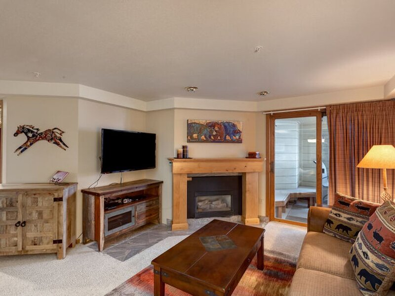 Perfect retreat on slopes w/ trails, restaurants, pools, and gym steps away, alquiler vacacional en Steamboat Springs