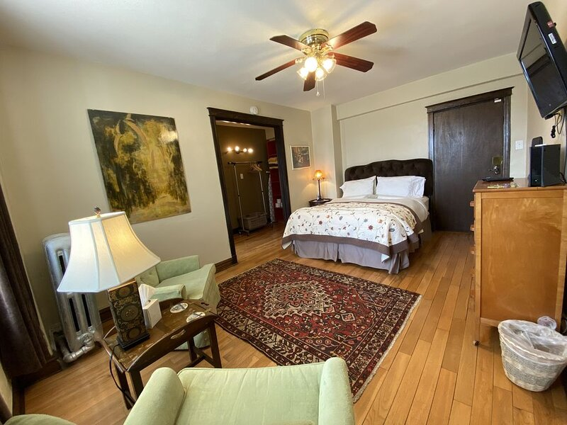 Targee: Lovingly Furnished Studio Across From SLU, holiday rental in North County