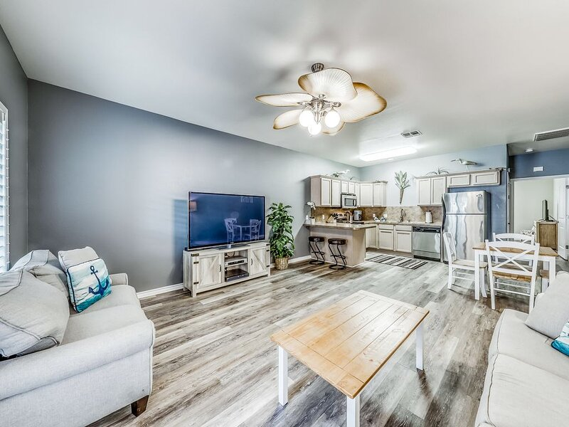 Dog-friendly family townhome, complete w/ shared pool access and free WiFi, holiday rental in Corpus Christi