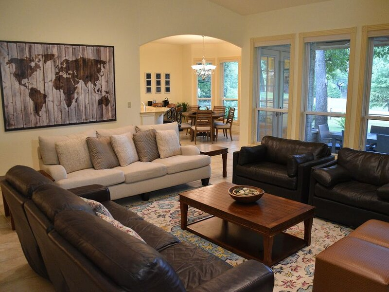 Relaxing Retreat with Hot Tub & Fire Pit on 2nd Tee/Fairway, holiday rental in Red Rock