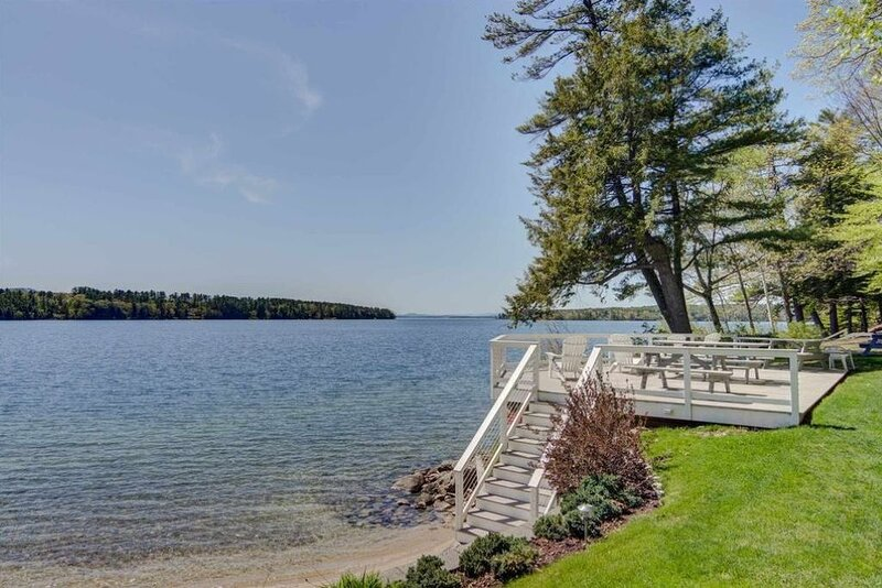 Updated Family Friendly cottage w/ large deck and access to Lake Winnipesaukee, aluguéis de temporada em Wolfeboro
