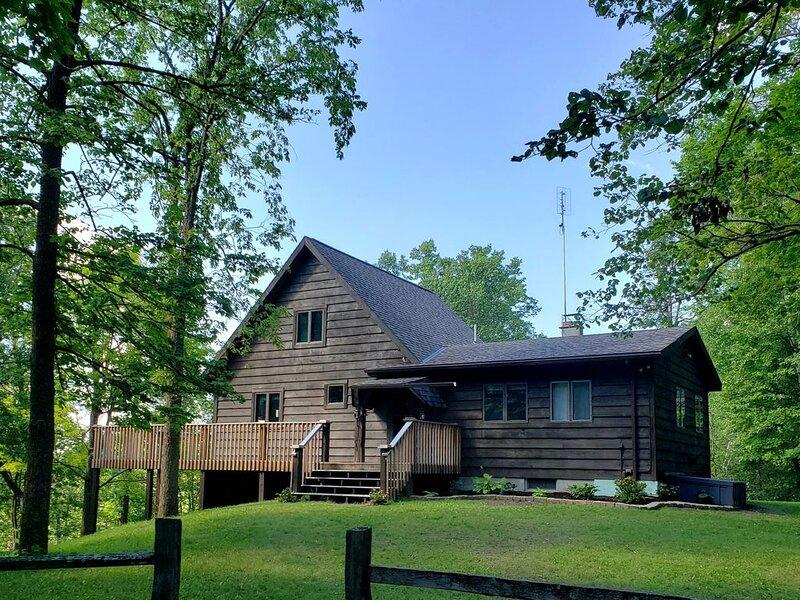 The North Forty Cabin Retreat: private place for families, ladies' groups, etc., location de vacances à Shevlin