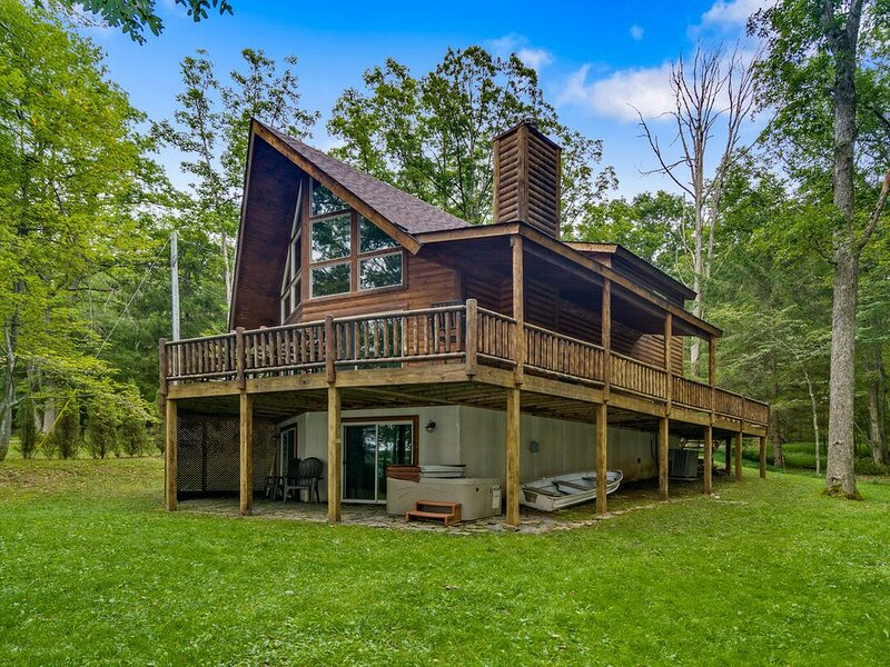 Lakefront Log Home w/Private Dock, Hot Tub, Pool Table, & Fire Pit!, casa vacanza a Oakland