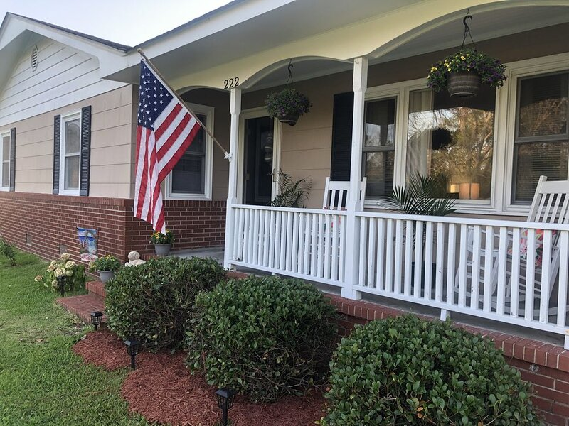 Come stay on the Creekside!!, location de vacances à Harkers Island