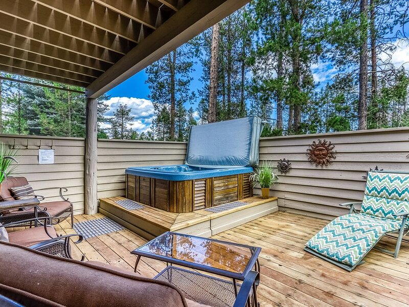 Fantastic home with 8 SHARC passes, shared pool, private hot tub, holiday rental in Central Oregon