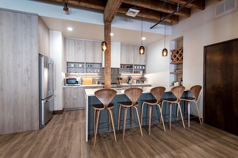 Executive Penthouse w/ King Bed & Wi-Fi, location de vacances à Mica