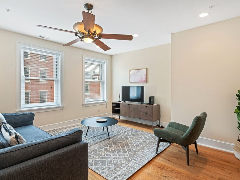 2BR in Old City, 8min Walk to Liberty Bell, vacation rental in Mount Laurel