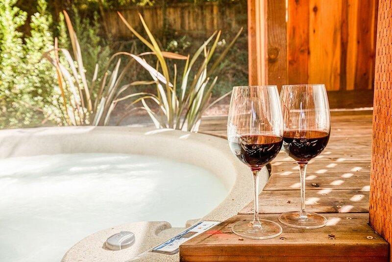 Redwood Retreat! Hot Tub! Walk to Beach/River!  Pet Friendly!, alquiler de vacaciones en Guerneville