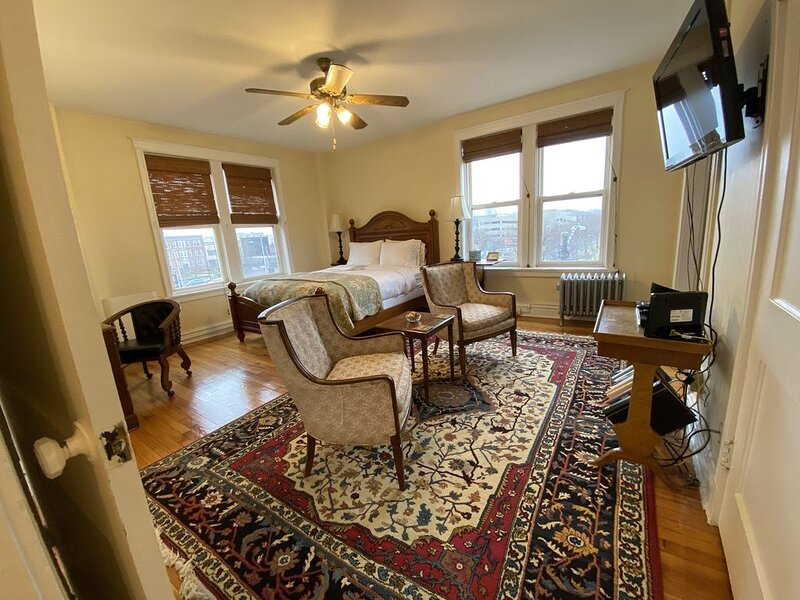 Abbey: Sunny Studio Next To St. Louis University, holiday rental in North County