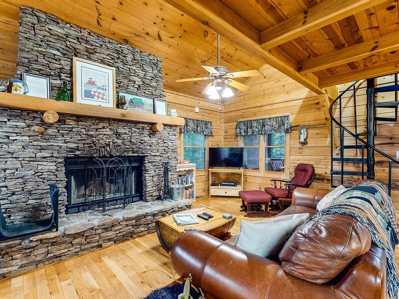 Dog-friendly log cabin w/ covered deck -- close to trails & water!, casa vacanza a Epworth