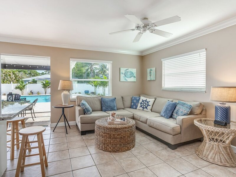 Lovely getaway w/ a beautiful private pool - close to shops and the beach!, holiday rental in Naples Park