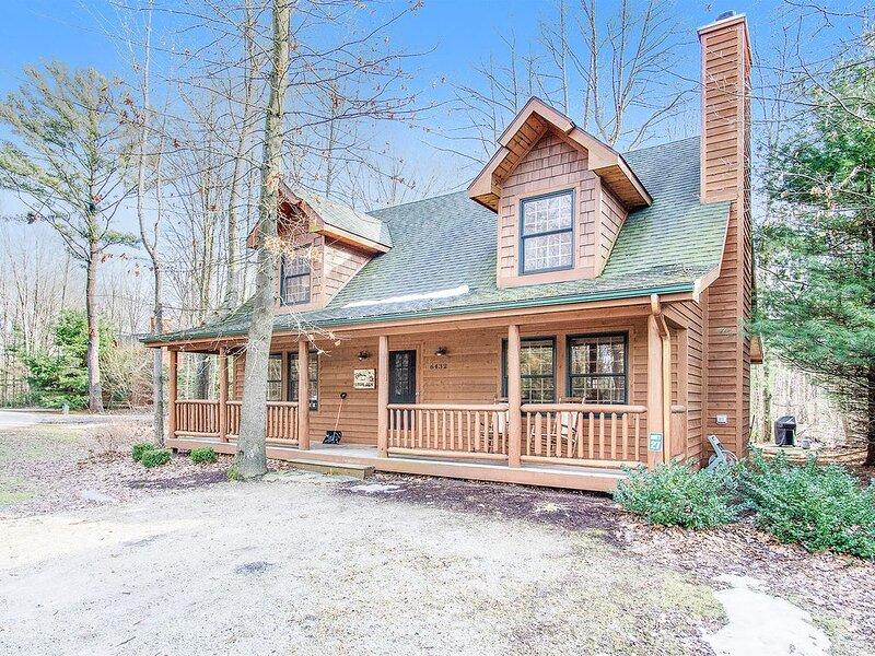 Classic woodland cabin w/ private hot tub, fireplace, firepit, shared pool, aluguéis de temporada em Saugatuck