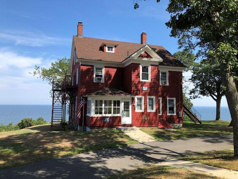 Historic House Overlooking the Long Island Sound, location de vacances à Rocky Point
