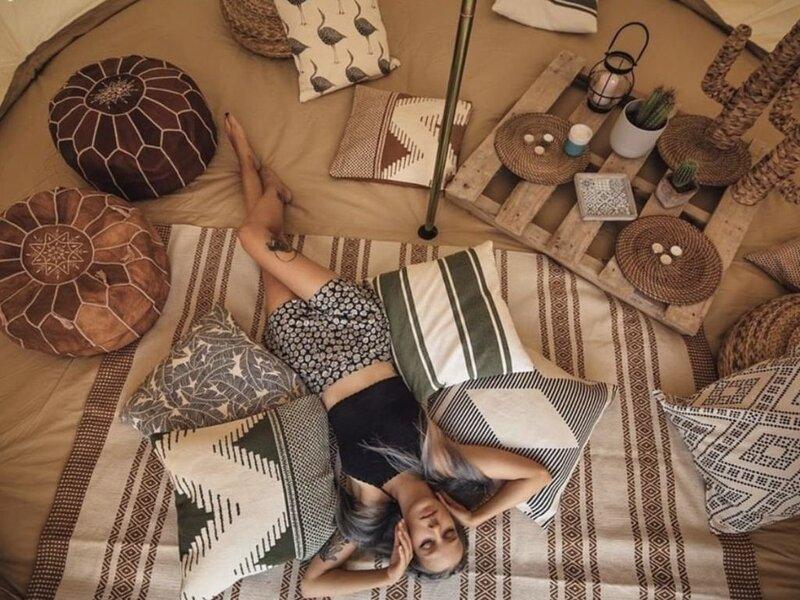 Unique Glamping!! TV, Queen Bed! Access to Washer & Dryer, Power + Fire Pit, alquiler de vacaciones en Cutten