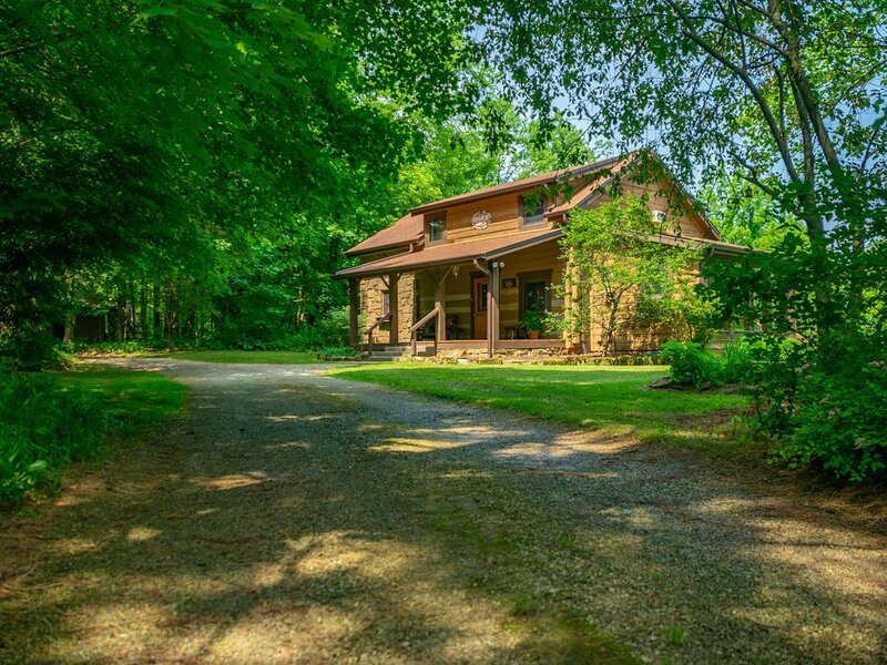 Pond's Edge Log Vacation  Cabin, alquiler de vacaciones en Nashville