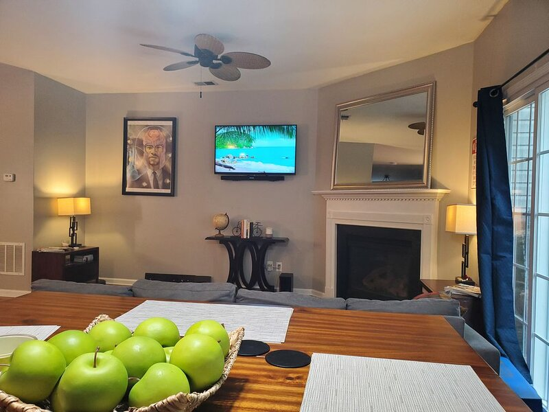 Modern Townhouse w/ Wi-Fi + Indoor Fireplace, holiday rental in Mableton