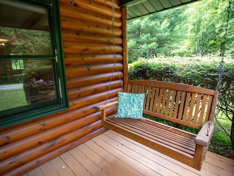 Cozy 1BR/1BA Cottage In Valle Crucis, Hot Tub, Fireplace, Queen Bed, Close To Wa, location de vacances à Sugar Grove
